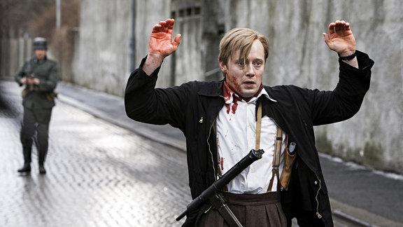 Nach einer waghalsigen Flucht wird Max Manus (Aksel Hennie) doch noch von einem Nazi-Soldaten gestellt.