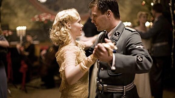 Bei schönen Frauen wie der schönen Solveig (Viktoria Winge) kann der Gestapo-Offizier Siegfried Fehmer (Ken Duken) durchaus charmant sein.