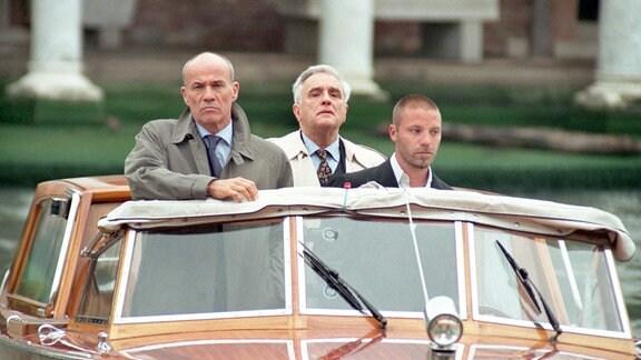 Vice Questore Patta (Michael Degen, Mitte) ahnt nicht, dass der einflussreiche Geschäftsmann Signore Viscardis (Heiner Lauterbach, li.) ein Mafioso ist.