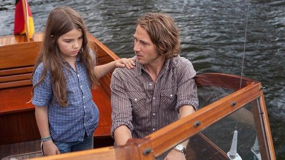 Erik unternimmt mit seiner trauernden Nichte Leonie eine kleine Bootstour.