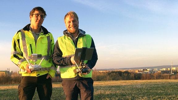 Gerd Schaufelberger und Lucas Günther (vlnr) mit einer handelsüblichen Drohne.