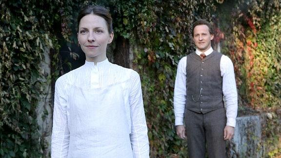 Die junge Clara (Katharina Schüttler) ist sehr gern mit Fritz (Maximilian Brückner) zusammen und freut sich auch für ihn, dass er im Studium weiterkommt - aber heiraten? Wo sie sich gerade den Studienplatz erkämpft hat? Clara wird ablehnen.