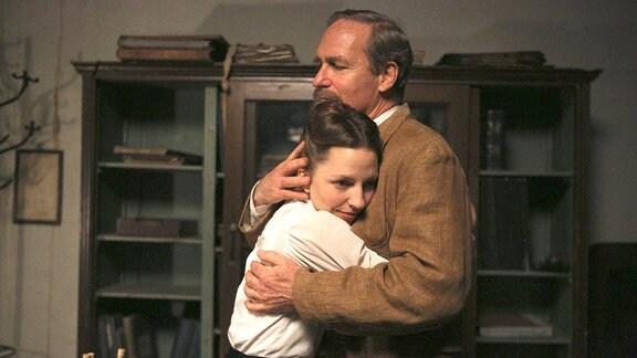Clara (Katharina Schüttler) und ihr Vater Philipp umarmen sich in der Familienwohnung.