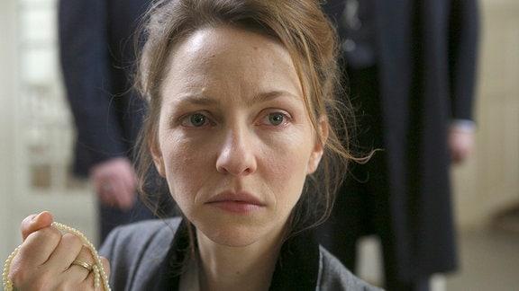 Zu der Demütigung, aus dem Institut geworfen zu werden, kommt noch Claras (Katharina Schüttler) Trauer um den Verlust des Andenkens an ihre Großmutter.