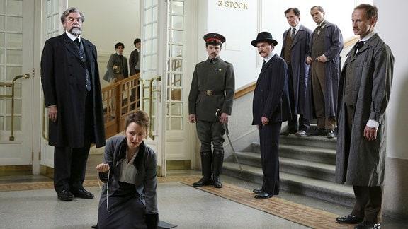 Rektor Engler (Peter Simonischek) hat Clara (Katharina Schüttler) Hausverbot im Institut in Karlruhe erteilt. Als sie sich das nicht gefallen lassen will, endet ihr Kampf mit einer Demütigung.