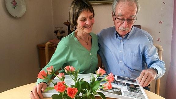 Ehepaar Lätsch beim Bilder anschauen