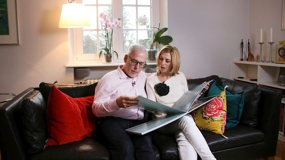 Martina Klein und Thomas Scheidemann beim Urlaubsfotos anschauen