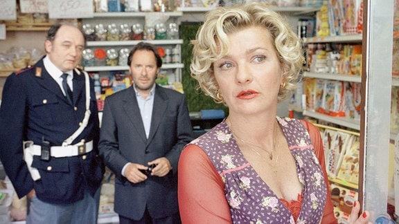 Commissario Brunetti (Uwe Kockisch) und Sergente Vianello (Karl Fischer, li.) befragen Signora Follini (Saskia Vester) zu den zwei toten Fischern.