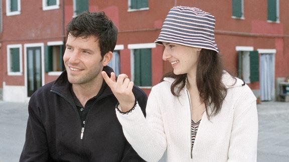 Signorina Elettra (Annett Renneberg) hat sich in den jungen Fischer Carlo Targhetta (Tim Bergmann) verliebt.