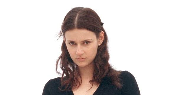 Signorina Elettra (Annett Renneberg) trauert um ihren Freund Carlos.