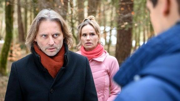 Vor den Augen von Jessica (Isabell Ege, M.), kommt es zwischen Michael (Erich Altenkopf, l.) und Paul (Sandro Kirtzel, r.) zum Streit.