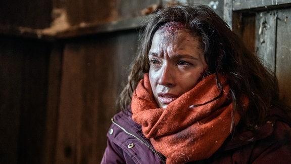 Eva (Uta Kargel) bekommt in der Hütte eine Panikattacke.