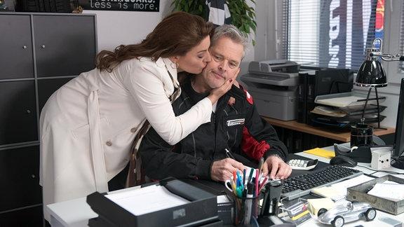 Frank (Axel Buchholz, r.) ist irritiert, als Yvonne (Julian Dahmen, l.) plötzlich keinen Druck mehr wegen der Scheidung macht.