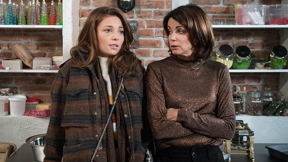 Leonie (Lena Meckel, l.) ist schwanger - Hilli (Gerit Kling, r.) ist erschüttert über die Unbesorgtheit und Naivität ihrer Tochter.