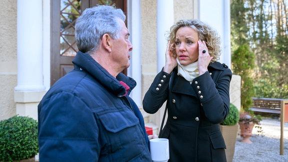 Natascha (Melanie Wiegmann, r.) und André (Joachim Lätsch, l.) suchen nach einer Erklärung für den Aussetzer bei Nataschas Auftritt.