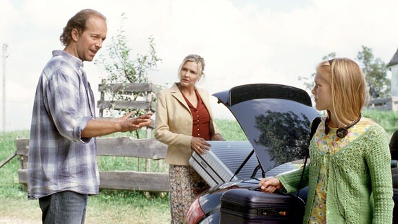 Paul (Jochen Horst) ist ziemlich überrascht, als seine Ex-Frau Rosalind (Katharina Schubert) mitsamt Tochter Lizzie (Marlene Grober) wieder bei ihm einziehen will.