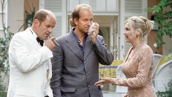 Rosalind (Katharina Schubert) versucht, zwischen den Kampfhähnen Paul (Jochen Horst, Mitte) und Konrad (August Schmölzer) zu vermitteln.