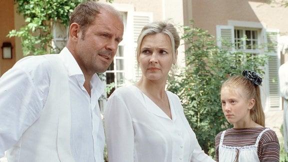 Tochter Lizzie (Marlene Grober) ist mit Rosalinds (Katharina Schubert) neuem Freund Konrad (August Schmölzer) überhaupt nicht einverstanden.