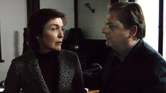 Der Anwalt Peer Gutenberg (Jürgen Tarrach, rechts) versucht Eva Senn (Thekla Carola Wied, links) zur Vernunft zu bringen.