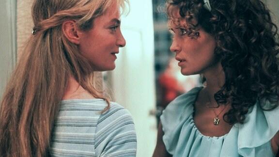 Isabelle Corthen (Natalia Wörner, li.) und Vivien (Anja Kling) verbindet eine enge, aber auch von Konkurrenz geprägte Freundschaft.