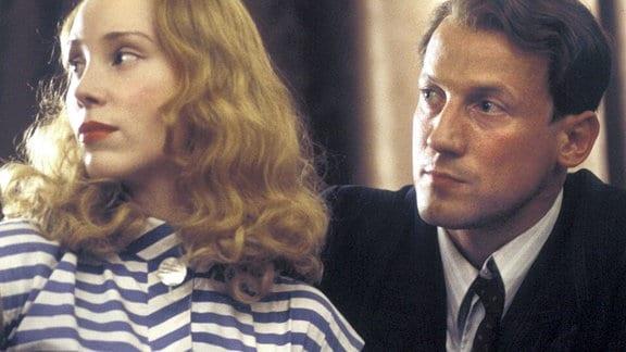 Claudia Brücken (Franziska Petri) ist sauer, dass ihr Mann Hartmut (Wotan Wilke Möhring) sie nicht gefragt hat, ob sie mit dem kleinen Thomas nach Mecklenburg ziehen will. Er hat den Job bereits angenommen...