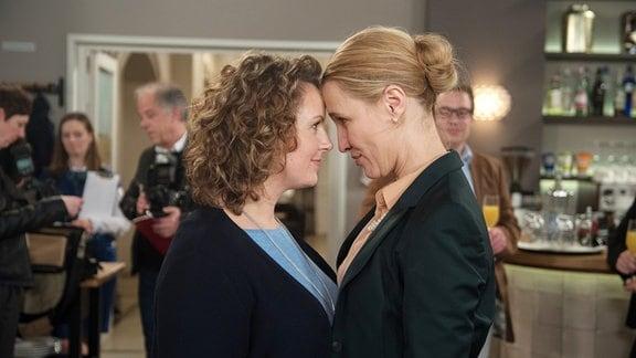 Lesbische Liebe: Margret (Solveig August, r.) ist überglücklich, dass Agnes (Katja Preuß, l. mit Komparsen) sie nach Kenia begleiten wird.