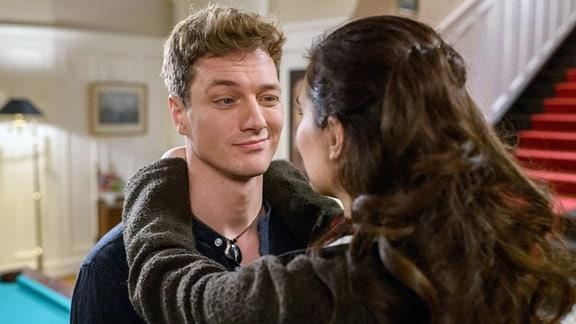 Henry (Patrick Dollmann, l.) verschweigt Denise (Helen Barke, r.), wie es zum Rücktritt seines Gegners kam.