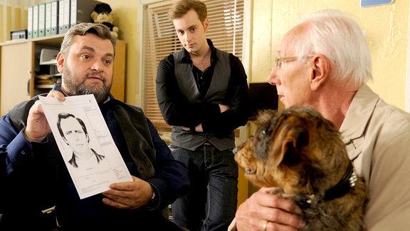 Ollie (Christoph Hagen Dittmann) und Jonas Wolter (Jan Niklas Berg) befragen Willi Klöver (Peter Pauli, r.), der mit seinem Hund aufs Revier gekommen ist. Er erkennt den Mann auf dem Phantombild.