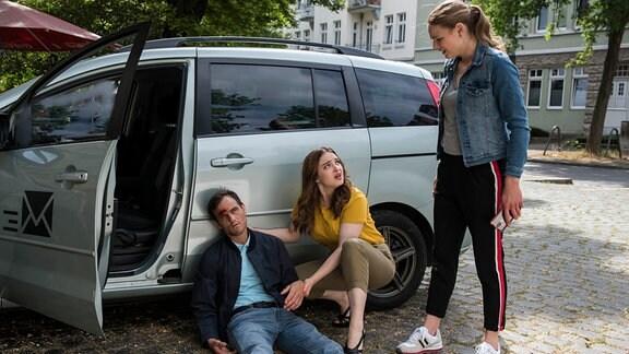 Louisa Neukamm (Llewellyn Reichman, r.) und Jasmin Hatem (Leslie-Vanessa Lill, M.) werden in einen Autounfall verwickelt. Ihr Unfallgegner Norman Schlüter (Peter Sikorski, l.) wird am Unfallort bewusstlos.