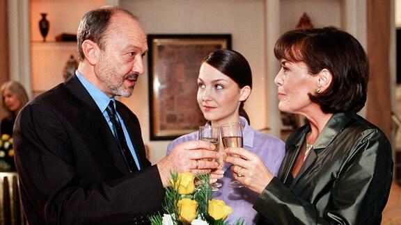 Dieter (Miguel Herz-Kestranek), Carola (Thekla Carola Wied, re.) und ihre Tochter Simone (Valerie Koch) zeigen nicht, wie sehr sie sich einander entfremdet haben.