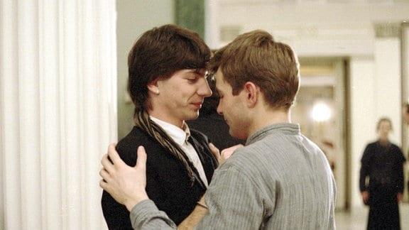 Philipp (re. Matthias Freihof) umarmt Matthias (li. Dirk Kummer)
