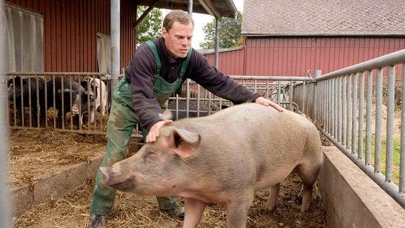 Bernd Thiele mit einem eigenwilligen Schwein.