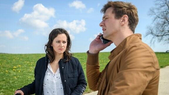 Henry (Patrick Dollmann, r.) und Tina (Christin Balogh, l.) bekommen einen Anhaltspunkt, wo Ragnar stecken könnte.