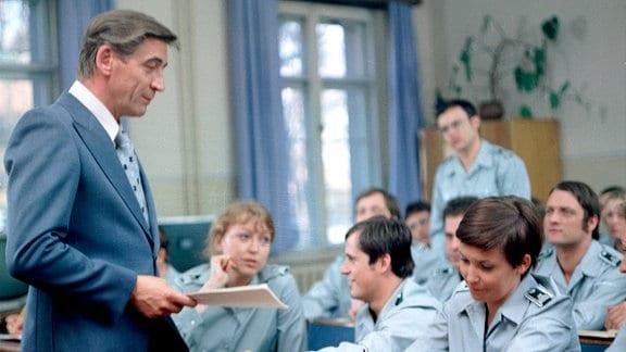 Jürgen Frohriep (Oberleutnant Hübner) als Dozent vor Offiziersschülern der Fachschule des Ministeriums des Inneren