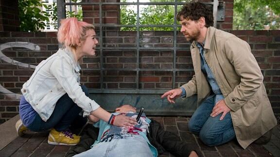 Merle (Svenya Cheyenne, l.) bezichtigt Olaf Kramer (Andreas Nickl, r.) den 19-jährigen Marco (Maximilian Beck, M.) niedergestochen zu haben.
