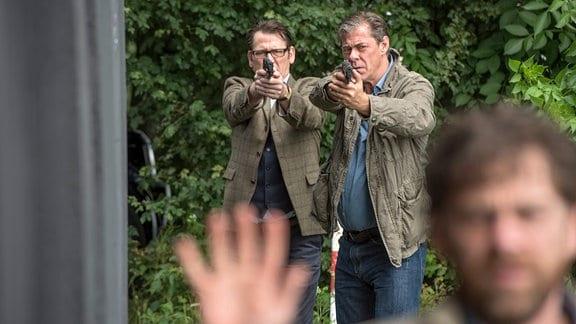 Lars (Ingo Naujoks, l.) und Finn (Sven Martinek, M.) stellen den flüchtigen Olaf (Andreas Nickl, r.). Aber ist der wirklich ein Mörder?
