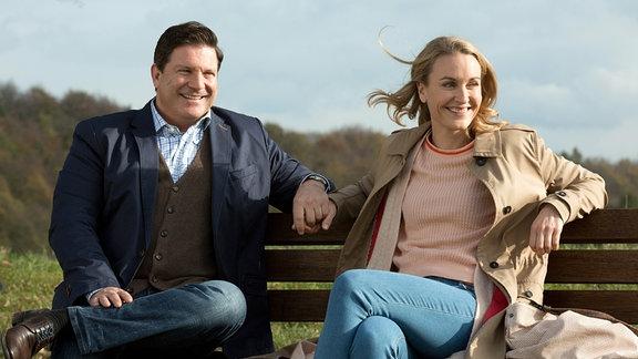 Tanja (Christina Athenstädt, r.) gesteht Christian (Francis Fulton Smith, l.), dass Sie bei Ihm einziehen möchte.