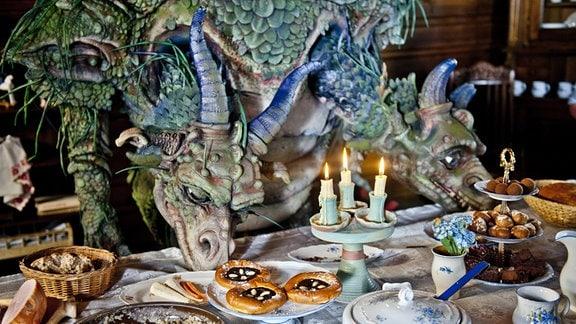 Der zweiköpfige Drache Drako kann leckerem Essen nicht widerstehen.