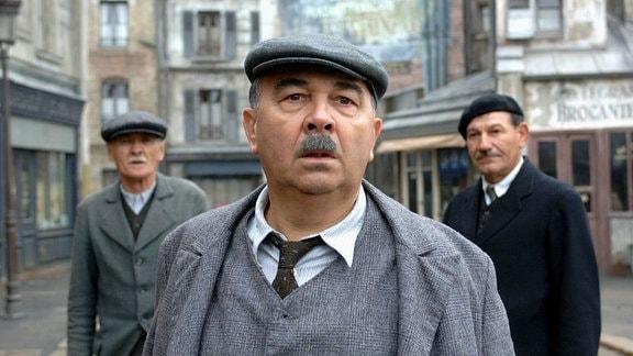 """Monsieur Pigoil (Gérard Jugnot, Mitte) kämpft zusammen mit der Belegschaft für die Wiedereröffnung des Revuetheaters """"Chansonia""""."""