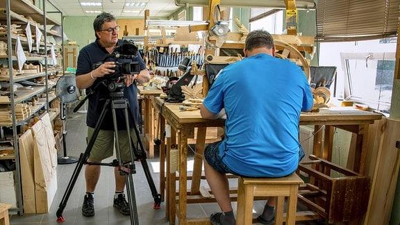 Thomas Junker (l.) bei Dreharbeiten im Ikonenzentrum Palech. Palech - Kaum 5000 Einwohner leben hier, rund 500 km fernab von Moskau. Es ist ein ganz wichtiger Ort im Kunst- und Kulturleben Russland. Denn Palech ist das Zentrum für Ikonostasen und Ikonenbilder.