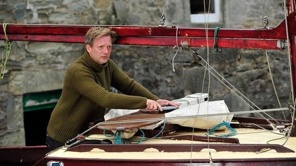 Detective Inspector Jimmy Perez (Douglas Henshall) kehrt nach dem Tod seiner Frau gemeinsam mit seiner Stieftochter auf die Shetland-Inseln zurück.