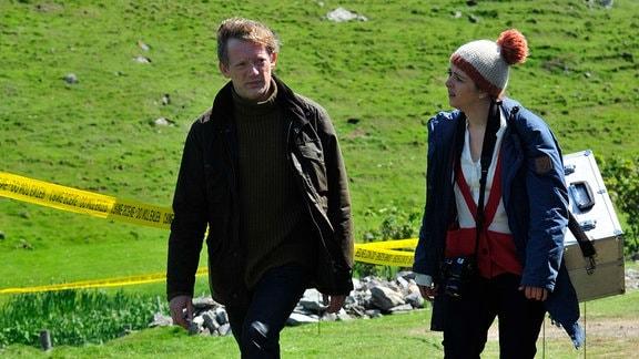 Zusammen mit seiner Kollegin Alison McIntosh (Alison O'Donnell) beginnt Detective Inspector Jimmy Perez (Douglas Henshall) mit den Ermittlungen im Fall der erschossenen Mima Wilson.