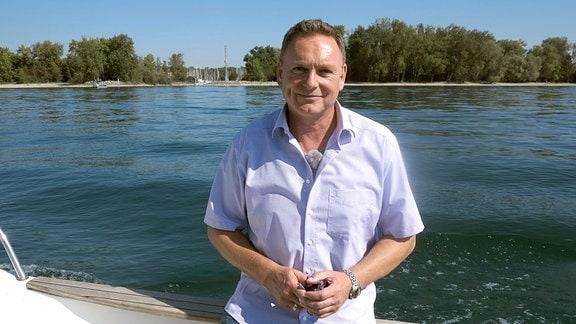 Axel Bulthaupt steht an der Reling eines Bootes