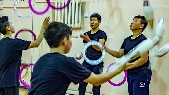 Die Jüngsten sind gerade einmal 6 Jahre alt und trainieren schon 3 x pro Woche. Die älteren (maximal 17jahre) kommen täglich. Alle eint ein Ziel. Sie wollen später als Artisten in einem Zirkus auftreten. 1996 wurde in Ulan Ude eine staatliche Schule gegründet. Der Unterricht ist kostenlos. In Russland hat der Zirkus eine große Tradition.
