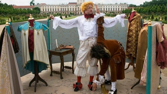 Von Kopf bis Fuß ein Kaiser (Matthias Brandt). Jakob (Sergej Moya) nimmt Maß – nach seiner ganz eigenen Methode.