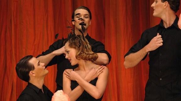 """Die hübsche Sängerin Douce (Nora Arnezeder) ist der Publikumsmagnet im """"Chansonia""""."""