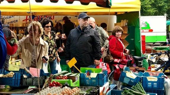 Sven Kaestner (Marktleiter) beim Kontrollgang über den Markt
