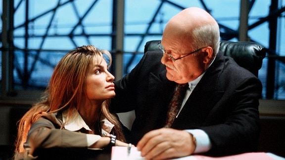 Daddy wird's schon richten: Anne (Alexandra Kamp) bittet ihren Vater Walter Berentzen (Hans Teuscher), Schloss Sandin zu kaufen - und beschwört einen Konflikt herauf.