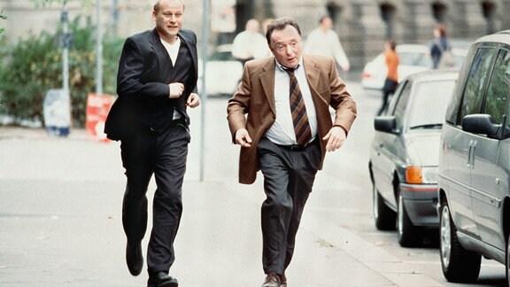 Die Kommissare Ehrlicher (Peter Sodann, rechts) und Kain (Bernd Michael Lade)