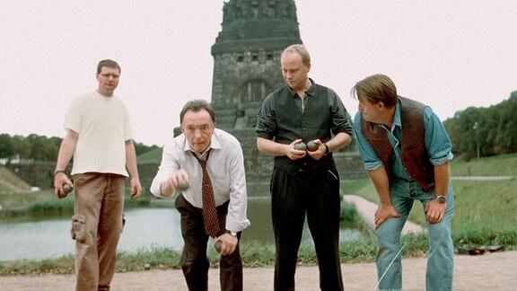 Die Kommissare Ehrlicher (Peter Sodann, Mitte links) und Kain (Bernd Michael Lade, rechts daneben) mit ihren Kollegen vor dem Leipziger Völkerschlachtdenkmal.